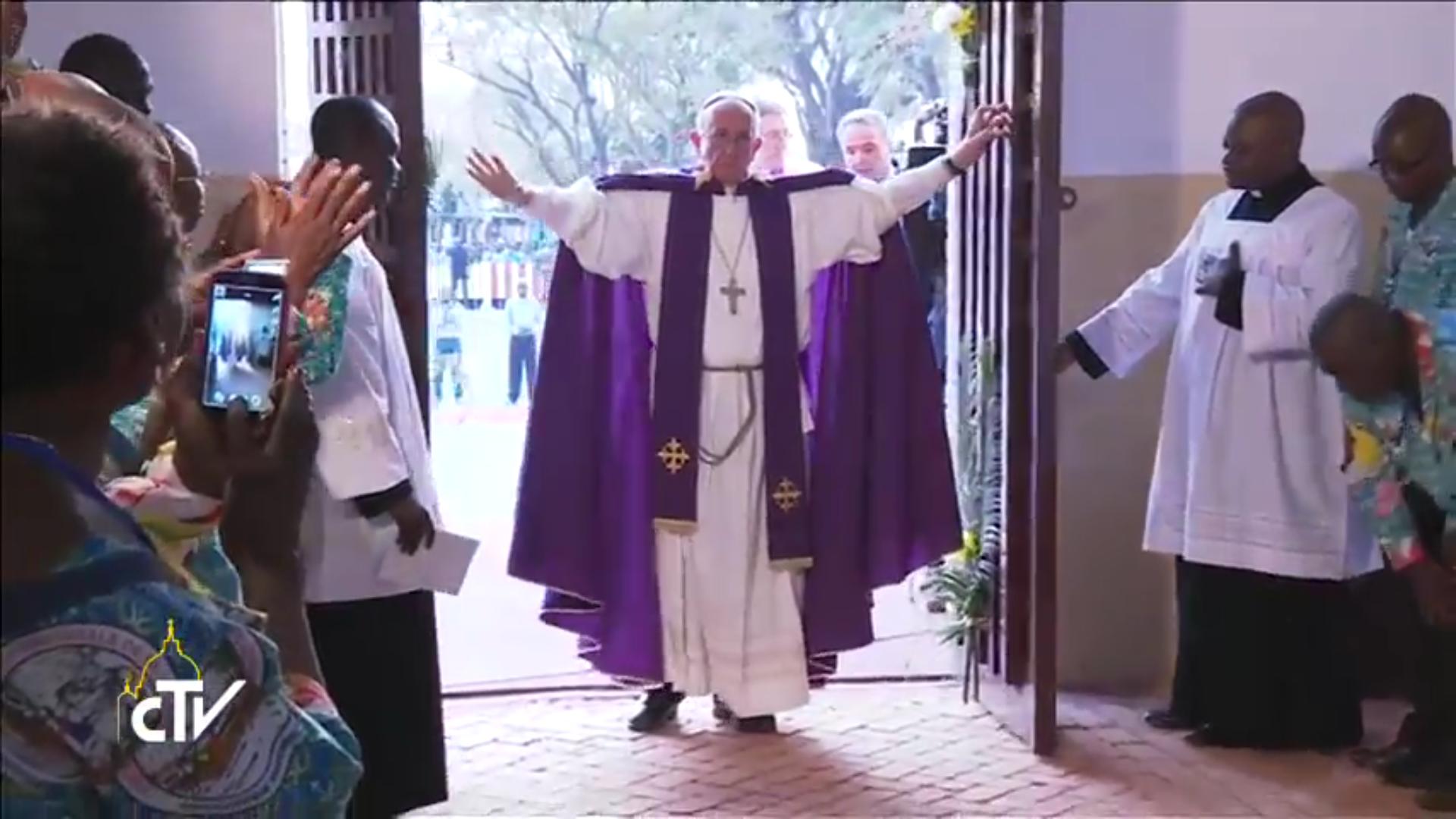 Le pape François ouvre la première Porte sainte du Jubilé de la miséricorde, cathédrale de Bangui, 29 novembre 2015