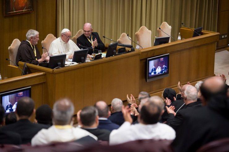 Le pape dialogue avec des supérieurs généraux © Il Sismografo
