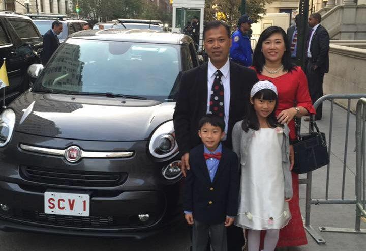 Page facebook de la famille Booncharoen devant la Fiat 500L du pape aux Etats-Unis