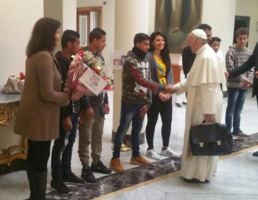 Des jeunes égyptiens souhaitent au pape bon voyage © Twitter Centre Astalli