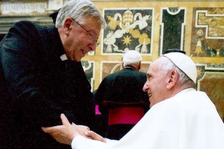 Le p. Costa salue le pape François © InfoANS.org
