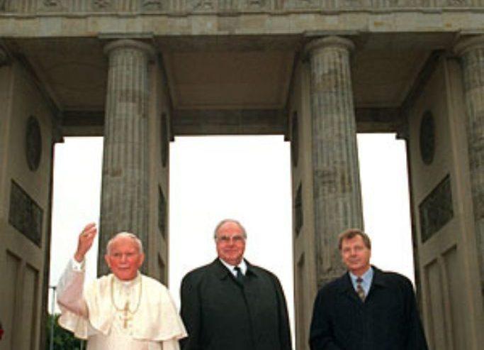 Jean-Paul II et Helmut Kohl à la Porte de Brandebourg, en 1996, DP
