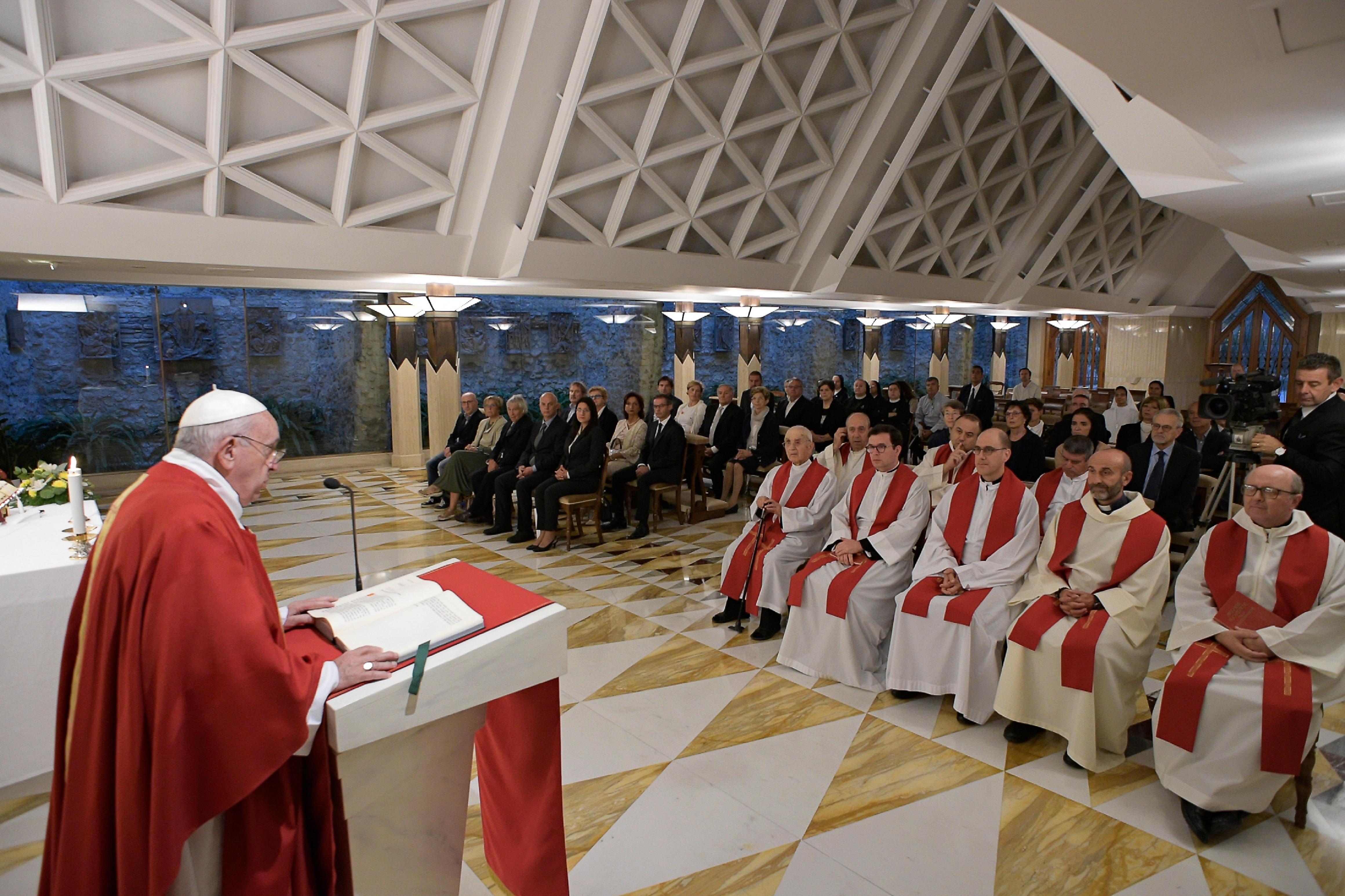 Messe à Ste-Marthe : « Priez-vous pour vos prêtres… ou ne faites-vous que les critiquer ? »  Or200919_272