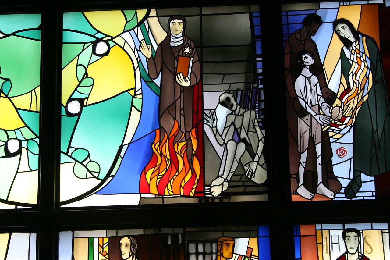 Edith Stein et Maximilien Kolbe, église du Coeur de Jésus à Kassel (Allemagne), vitrail d'Alois Plum, photo de Anne-Madeleine Plum, wikimedia commons