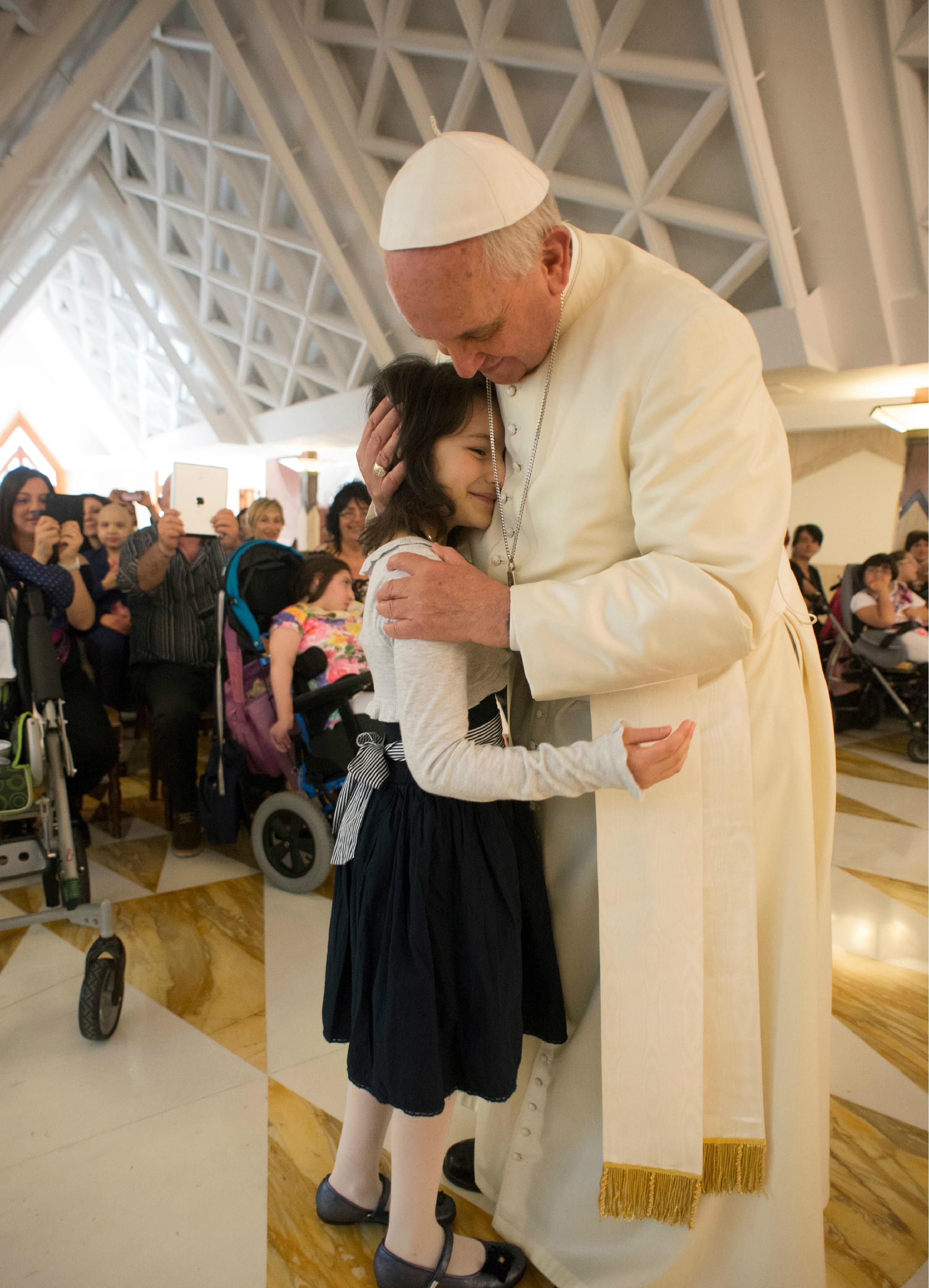 Le pape François embrasse une petite fille malade du Train de la Joie