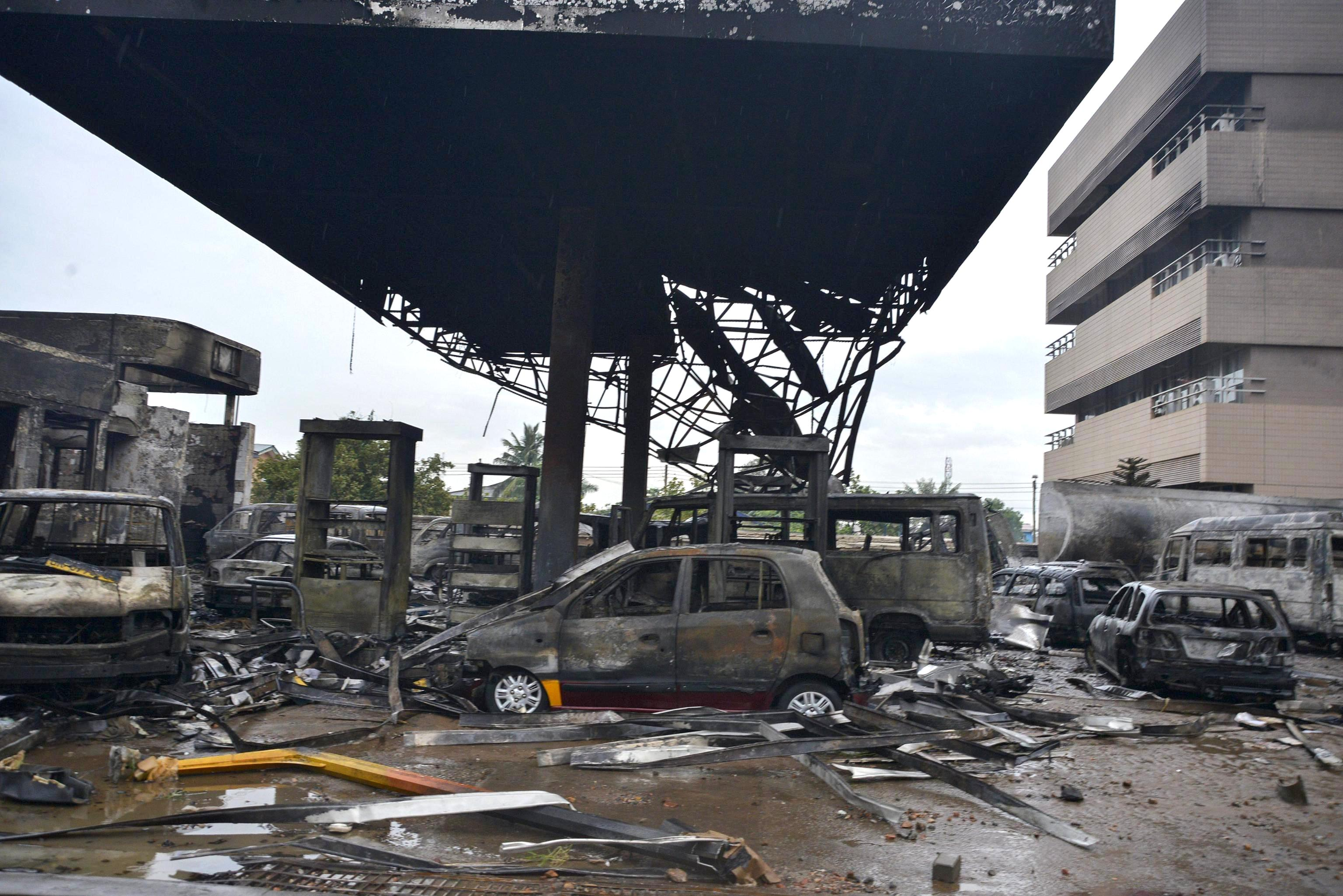 Some 150 people have died in a massive fire at a petrol station in Ghana's capital Accra