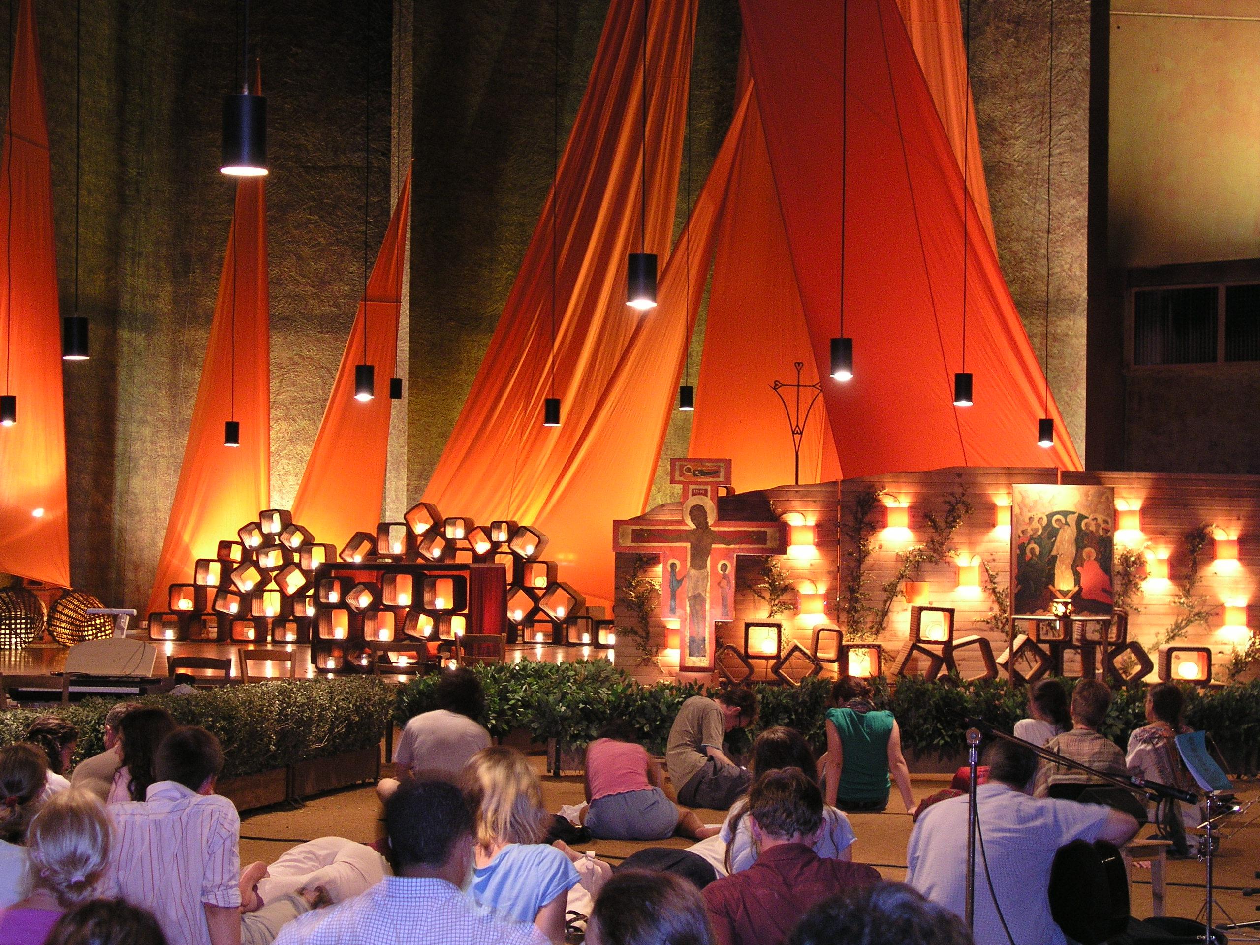 Prière dans l'église de Taizé @ WIKIMEDIA COMMONS - Damir Jelic