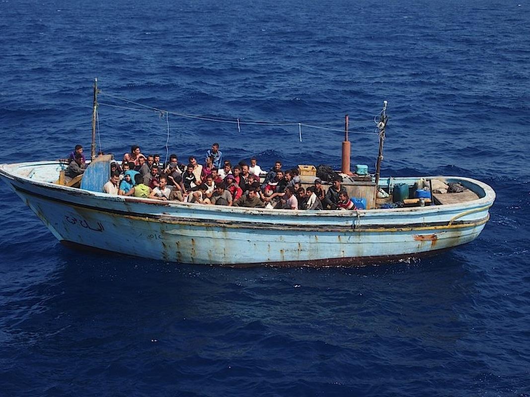 Une embarcation transportant des migrants en Méditerrannée, vers Europe @ Guardia di Finanza italienne
