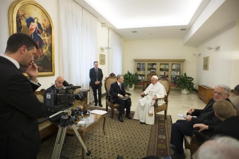 Francesco-Sisci-à gauche-interview-Pape-François-au-Vatican-avec-le personnel papal-Photo-courtoisie du Vatican-Asia Times