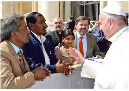 © Wikipedia - Le mari et une fille d'Asia Bibi avec le pape François, audience générale du 15 avril 2015