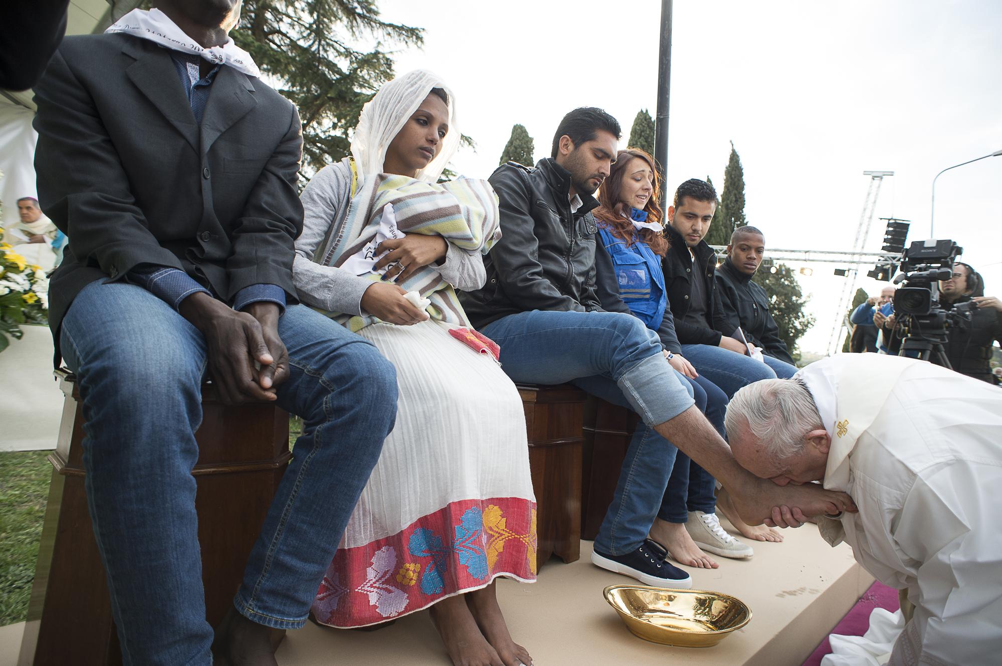 Lavement des pieds du Jeudi Saint 2016, L'Osservatore Romano