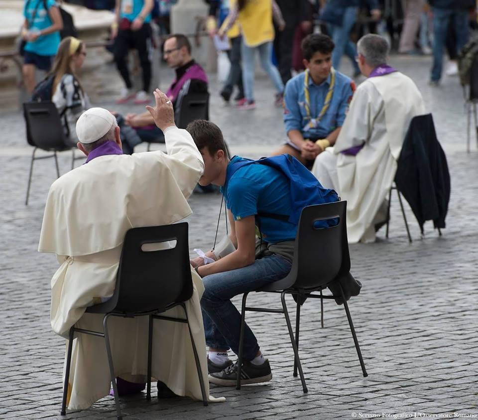Jubilé des adolescents, confessions place Saint-Pierre, 23 avril 2016 - JUBILÉ DE LA MISÉRICORDE