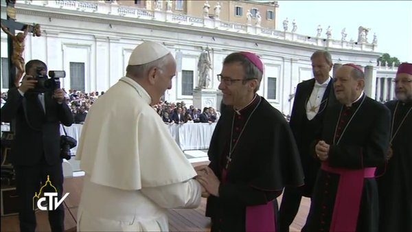 Mgr Olivier de Germay salue le pape François, capture