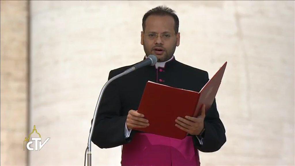 Mgr Yoannis Lahzi Gaid traduit le pape François en arabe, capture