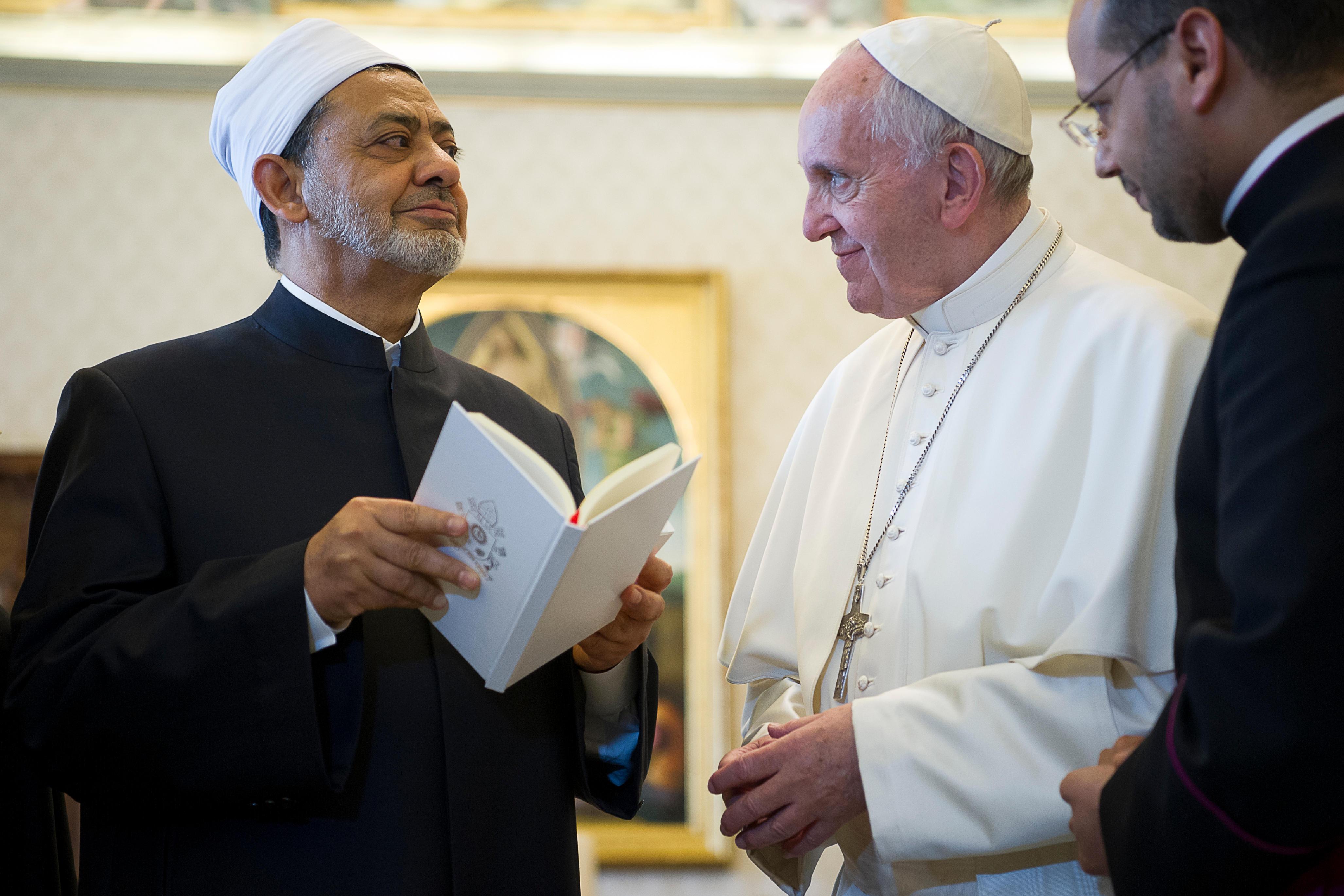 Le pape François offre Laudato si' au grand imam Ahmed el-Tayeb, L'Osservatore Romano