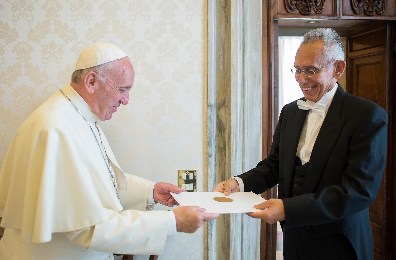 L'ambassadeur de Cuba remet ses lettres de créance, 23 juin 2016 (c) L'Osservatore Romano