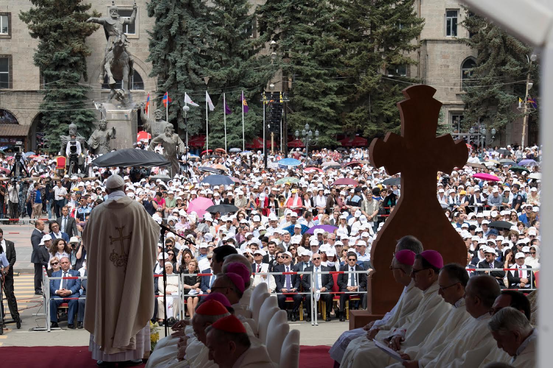Le pape François et le catholicos Karékine, procession d'entrée, messe Place Vartan (statue équestre) Gyumri , 25 juin 2016 (c) L'Osservatore Romano