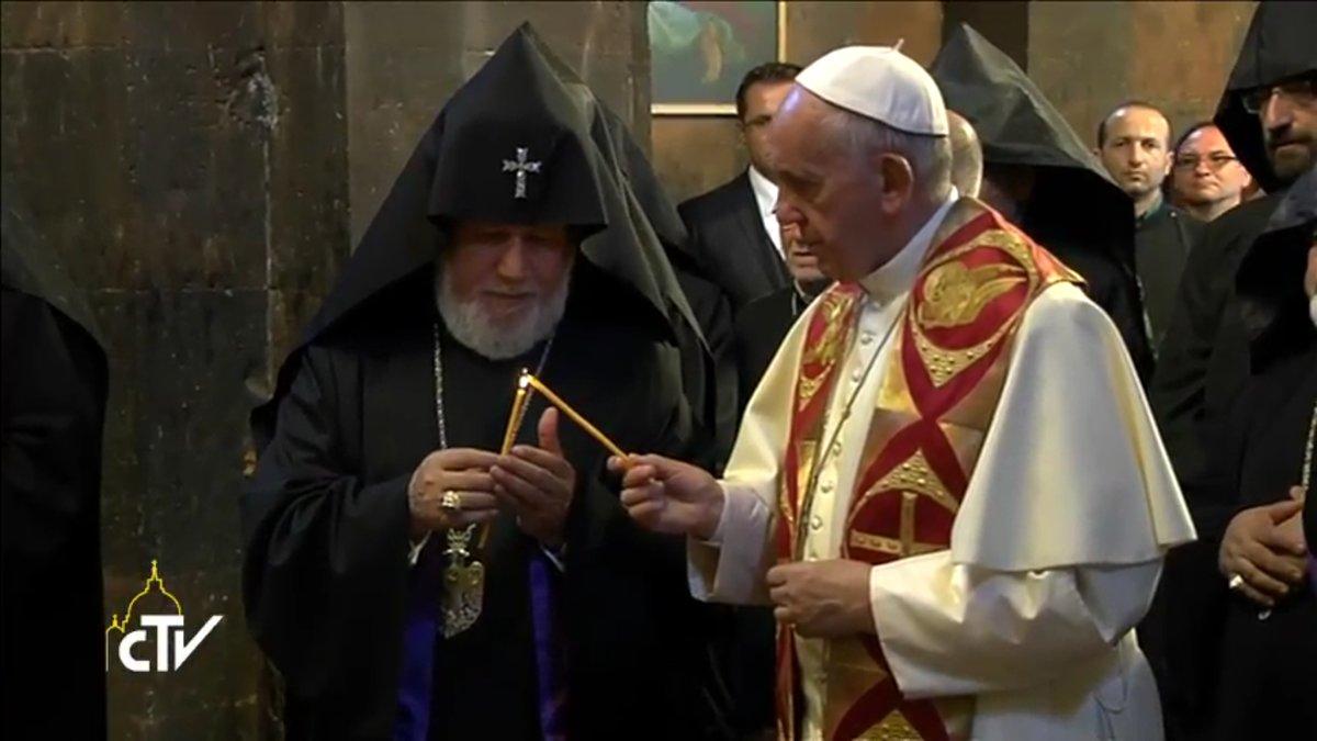 Le pape et le patriarche allument la flamme de saint Grégoire, capture CTV 2016