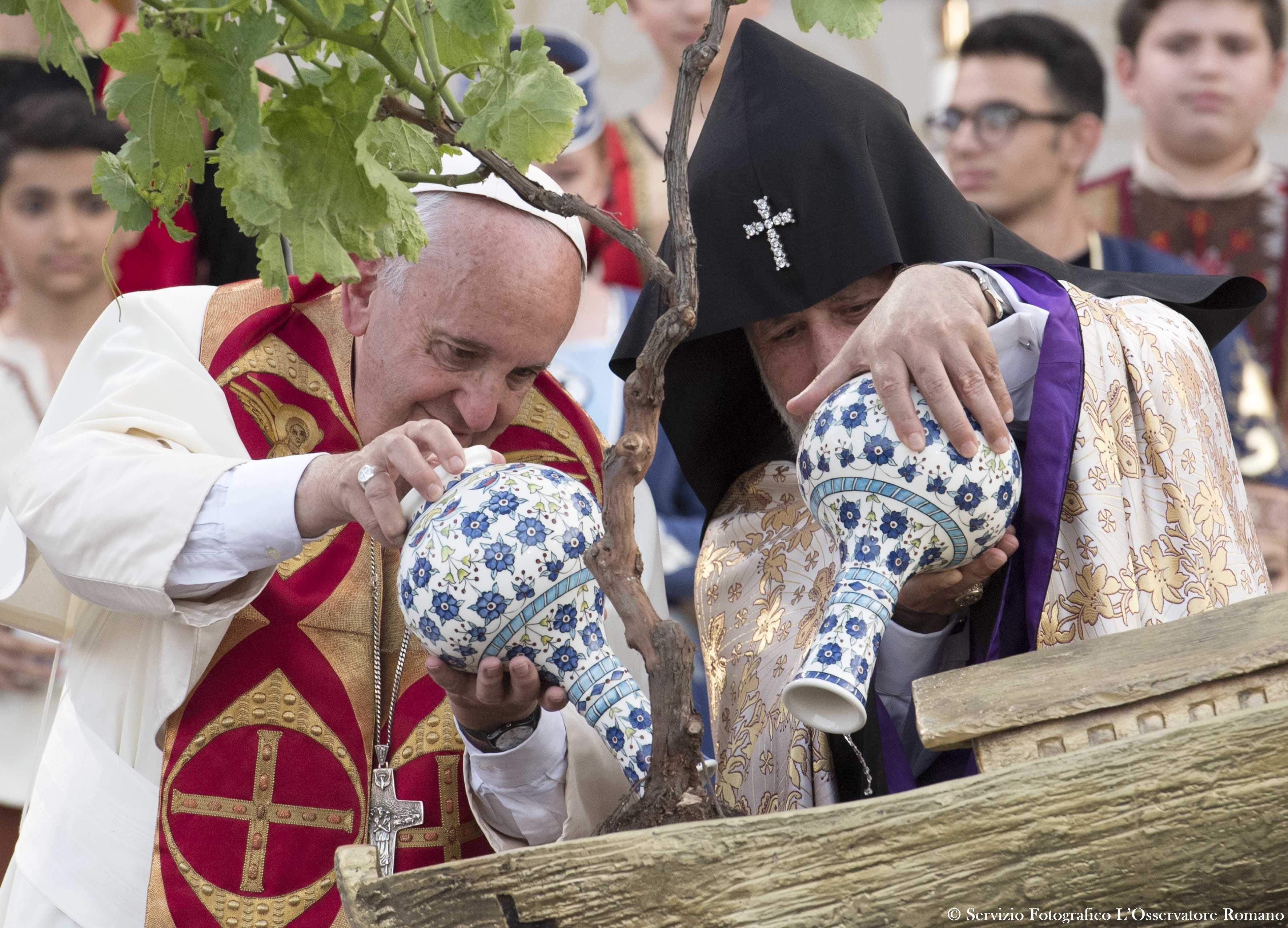 Prière pour la paix, Erevan, 25 juin 2016, le pape et le catholicos arrosent un pied de vigne planté dans une miniature de l'Arche de Noé © L'Osservatore Romano