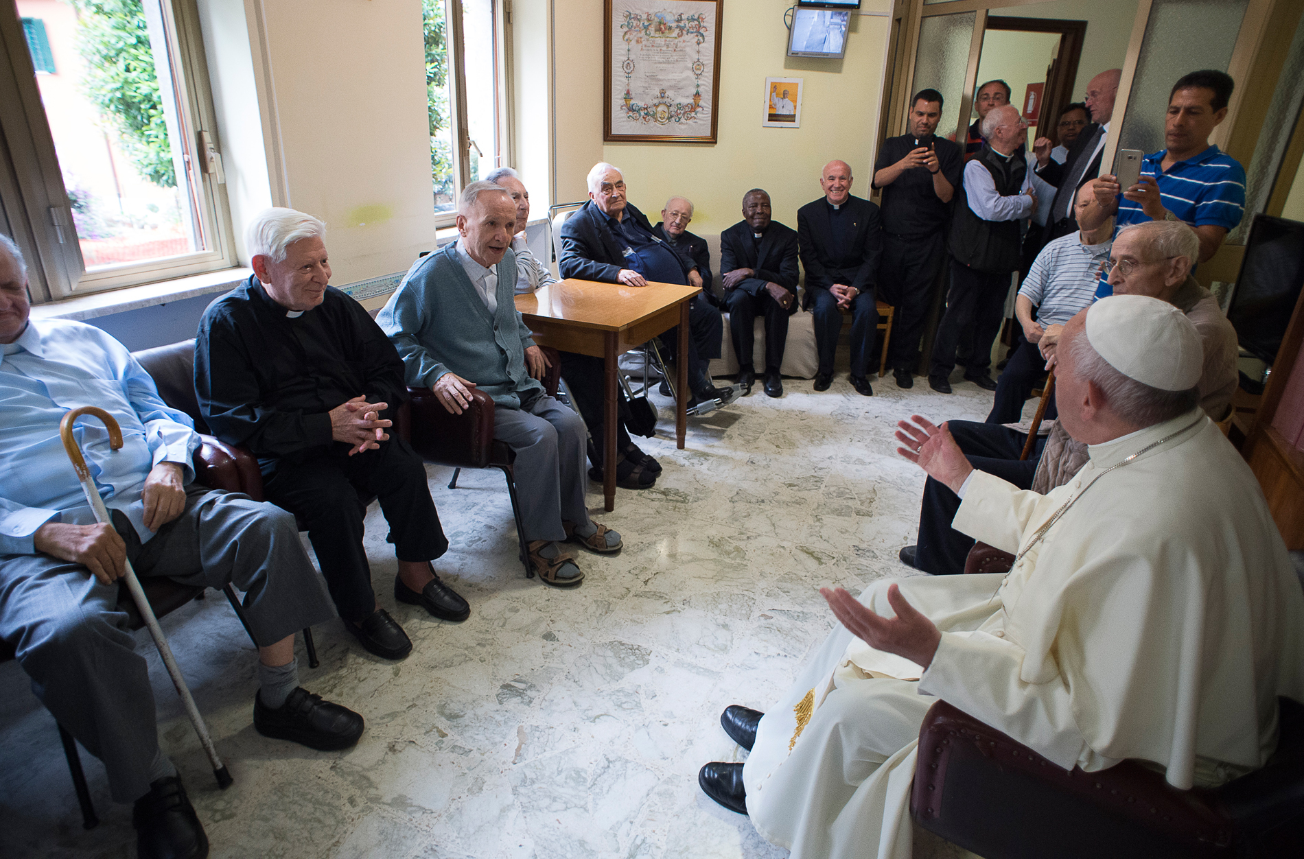 Une maison de prêtres âgés reçoit le visite du pape François, L'Osservatore Romano