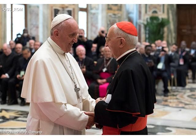 Le cardinal Filoni salue le pape François © L'Osservatore Romano