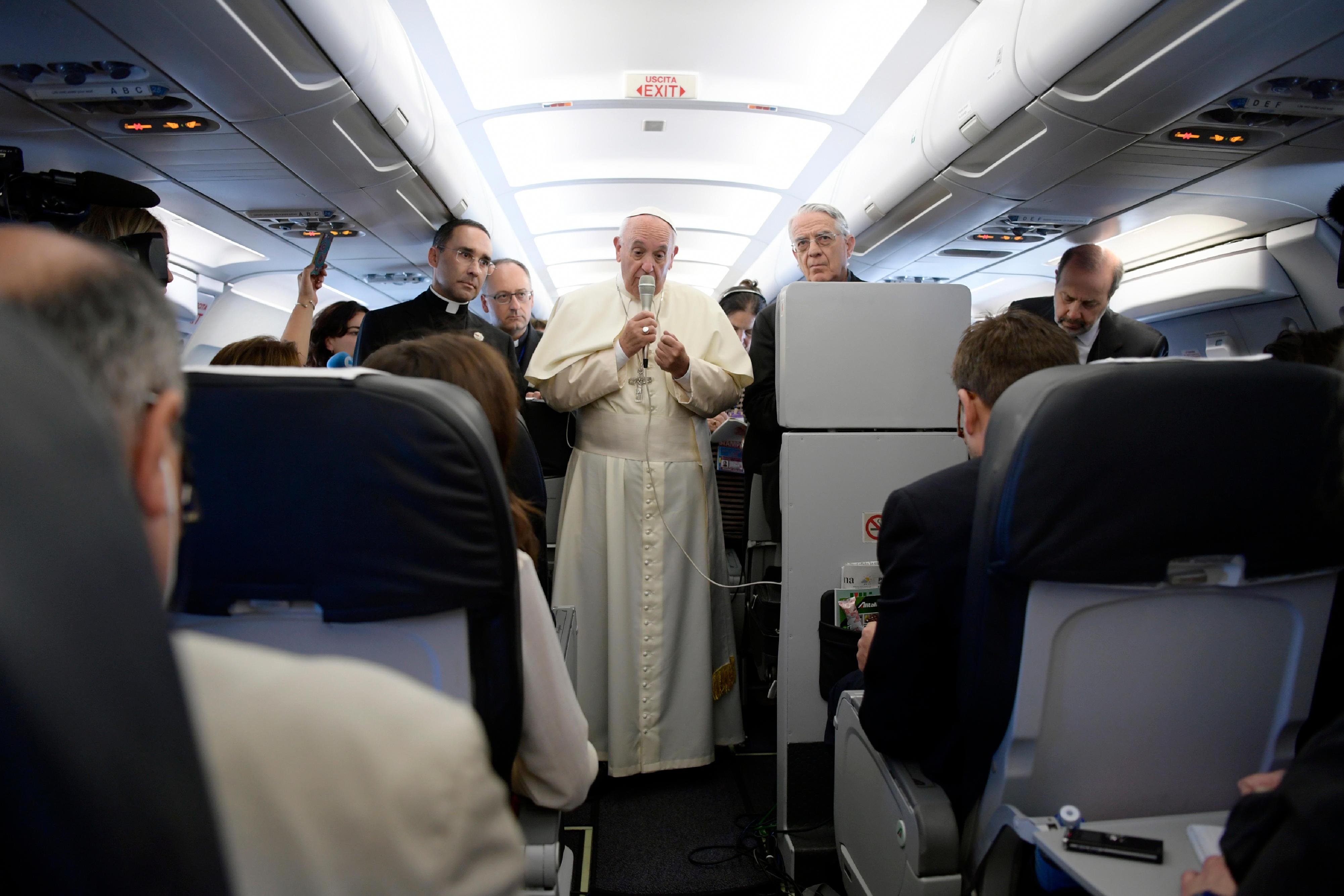 Conférence de presse dans l'avion Rome-Erevan (c) L'Osservatore Romano