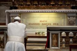 Le pape François se recueille devant la tombe de Jean-Paul II © Radio Vatican