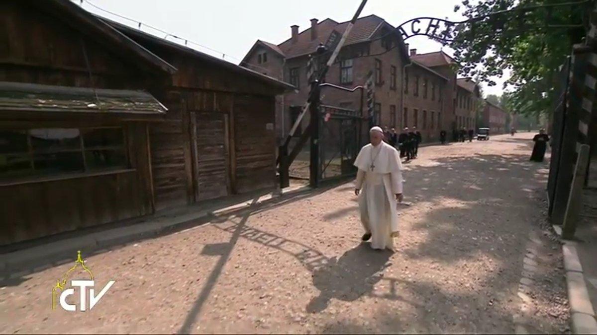 Le pape François franchit le portail du camp d'Auschwitz, capture CTV 29 juillet 2016