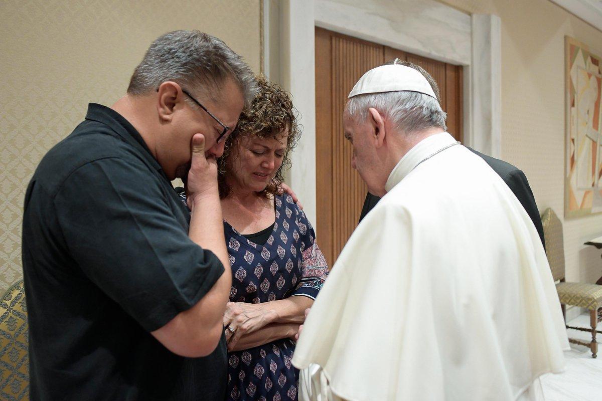 Les parents de Beau Salomon renocntrent le pape François © L'Osservatore Romano