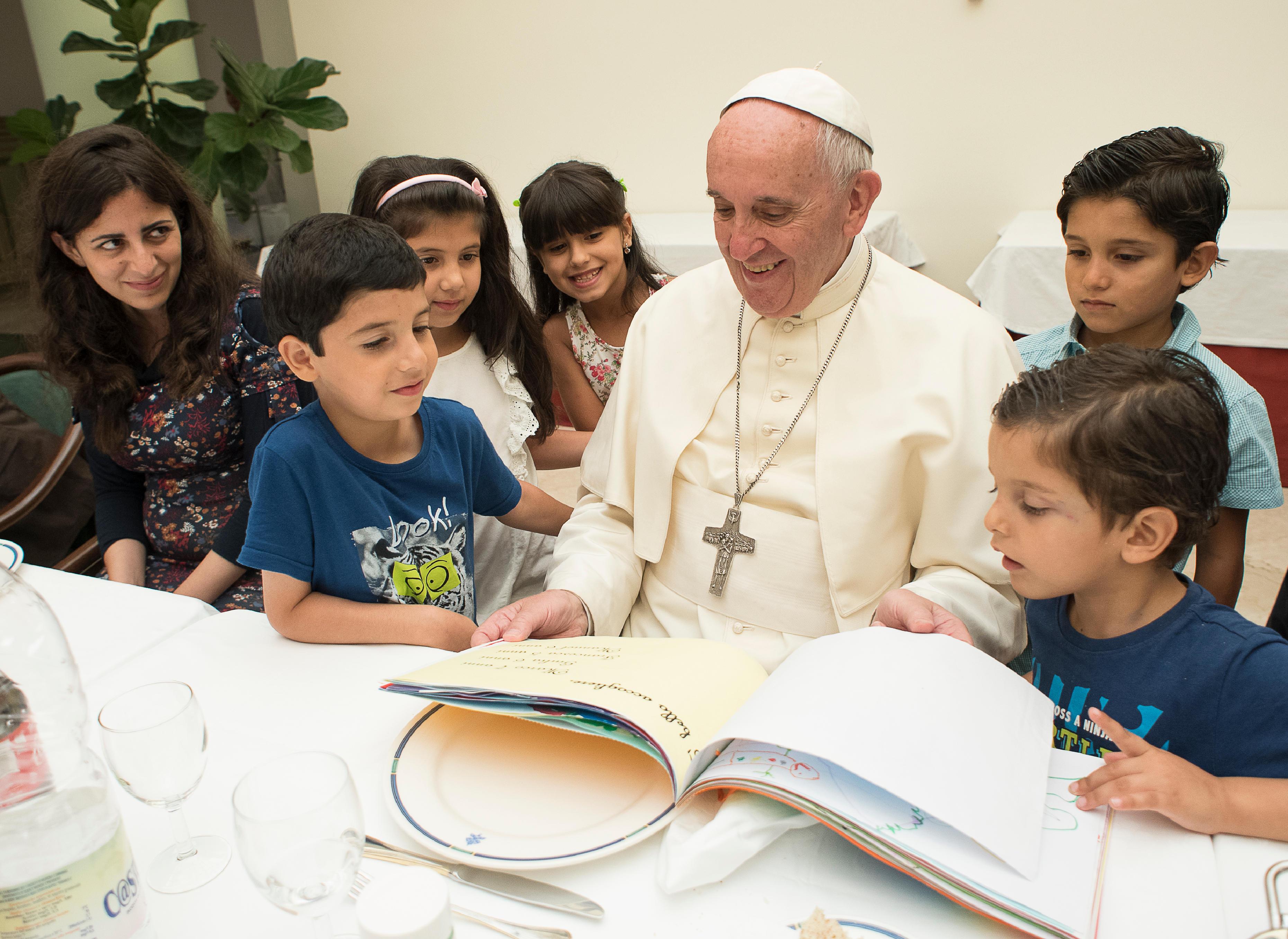 Le pape déjeune avec des réfugiés syriens © L'Osservatore Romano