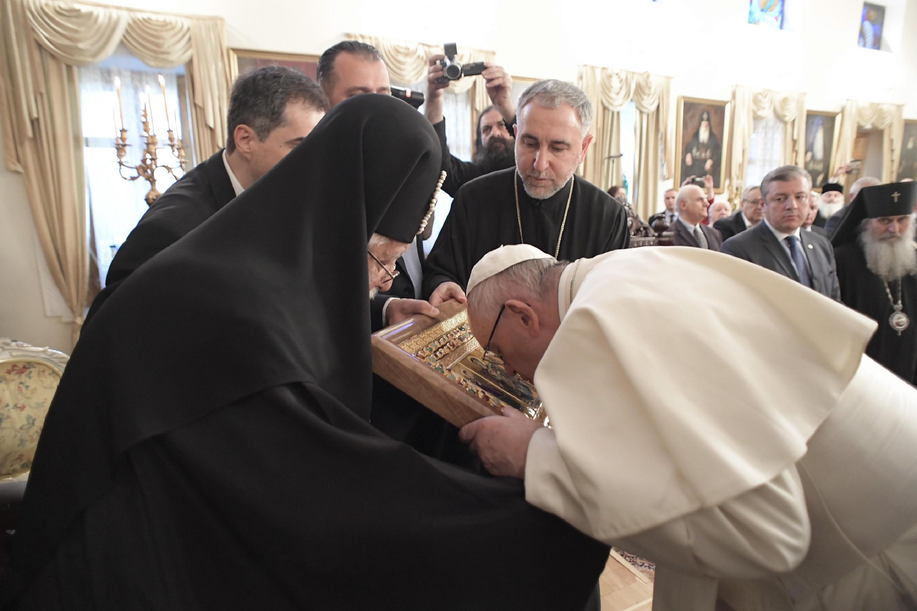 Le pape François vénère l'icône de la Vierge à l'Enfant que lui offre le patriarche Elie II © L'Osservatore Romano