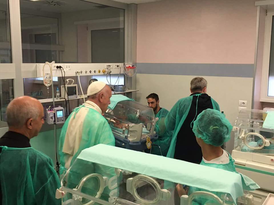 Le pape en néonatologie © Site officiel du Jubilé