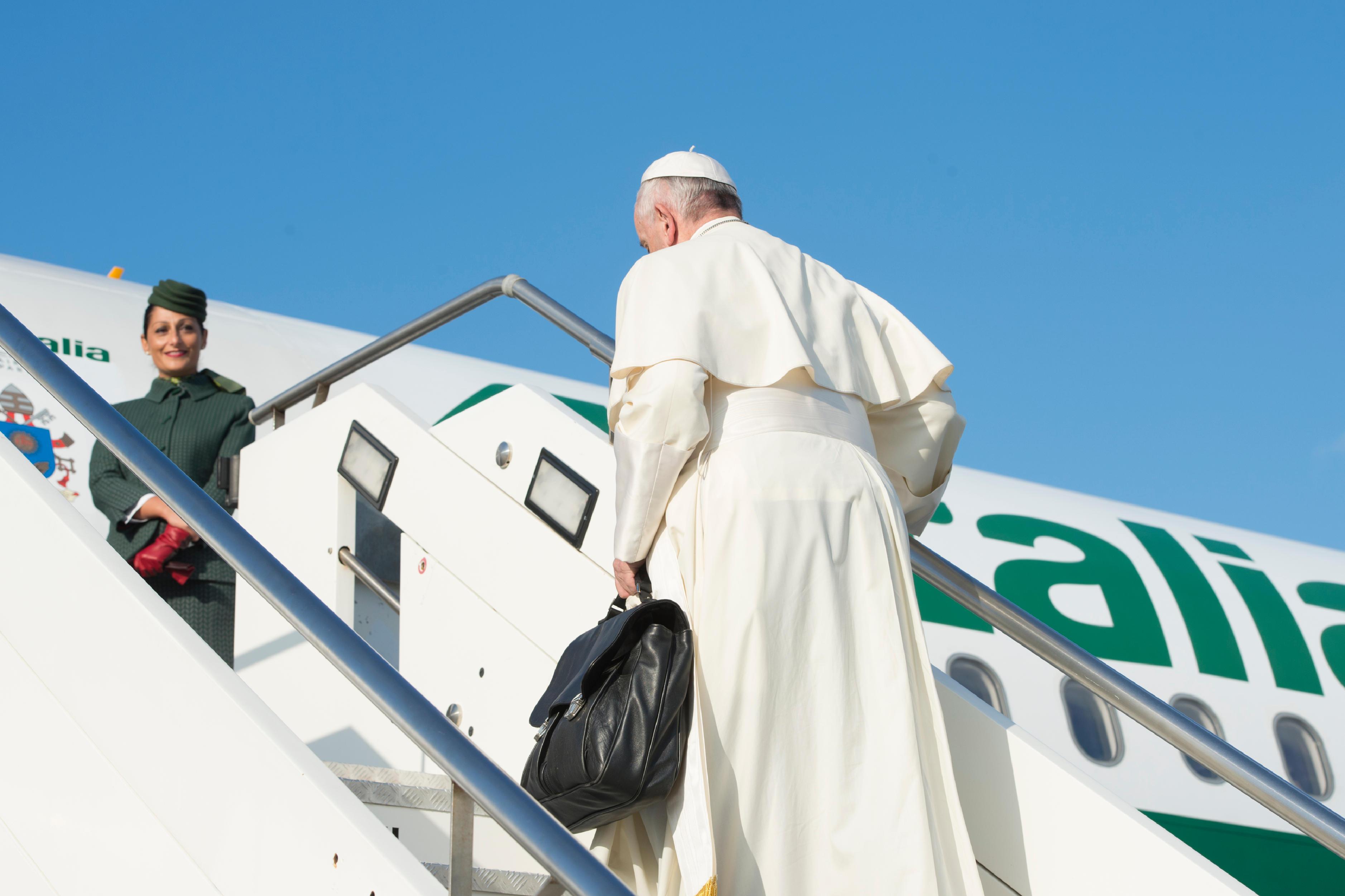Le pape embarque à bord d'un avion d'Alitalia © L'Osservatore Romano