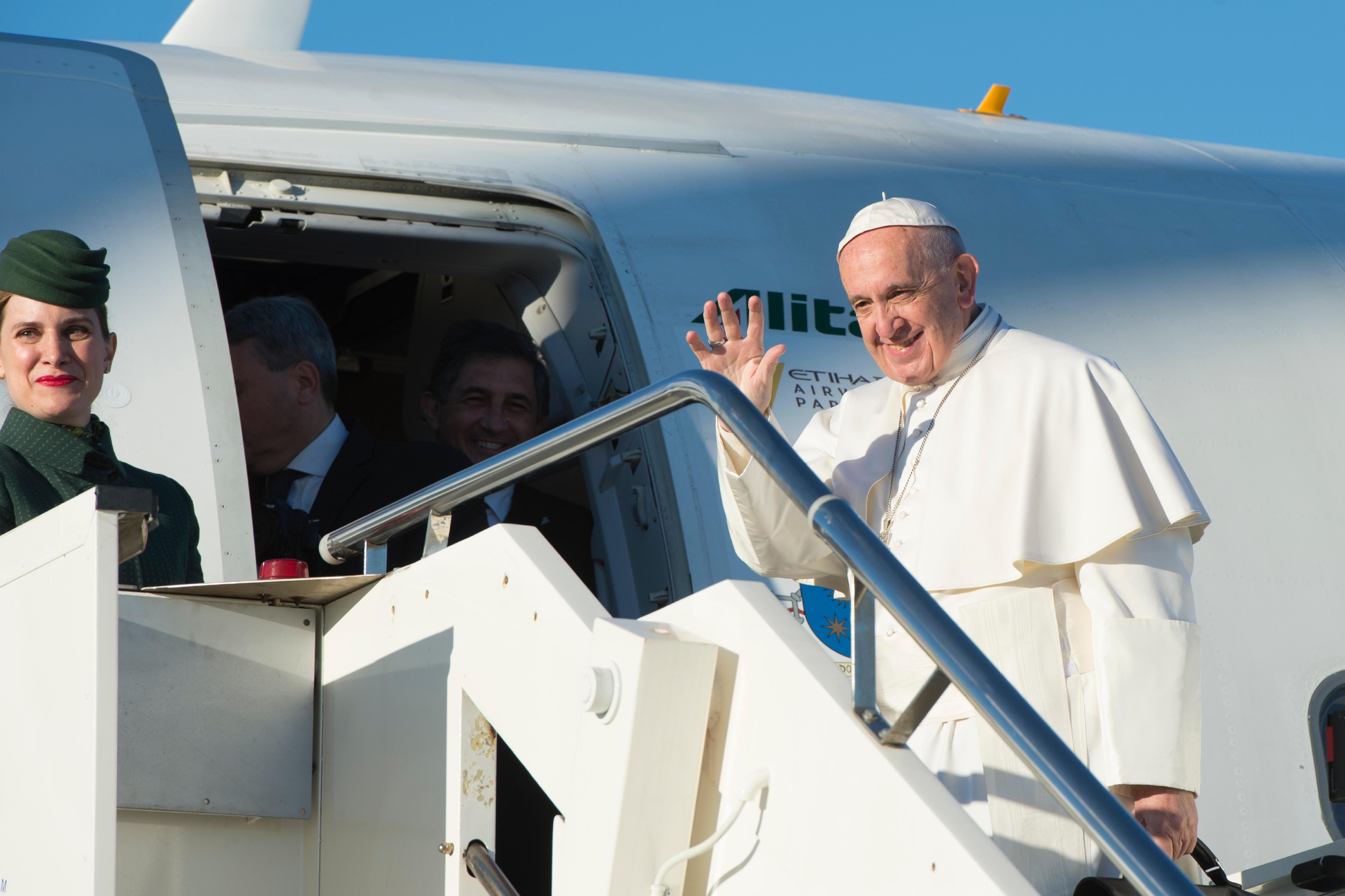 Le pape embarque à bord d'un avion Alitalia @ L'Osservatore Romano