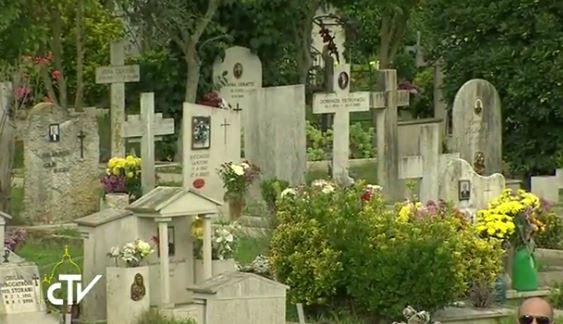 Tombes au cimetière romain Flaminio, capture CTV