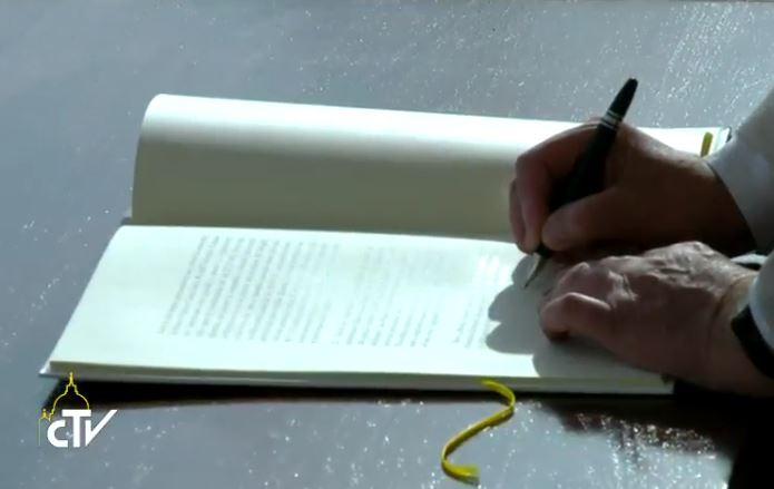Le pape signe sa Lettre apostolique Misericordia et Misera, capture CTV
