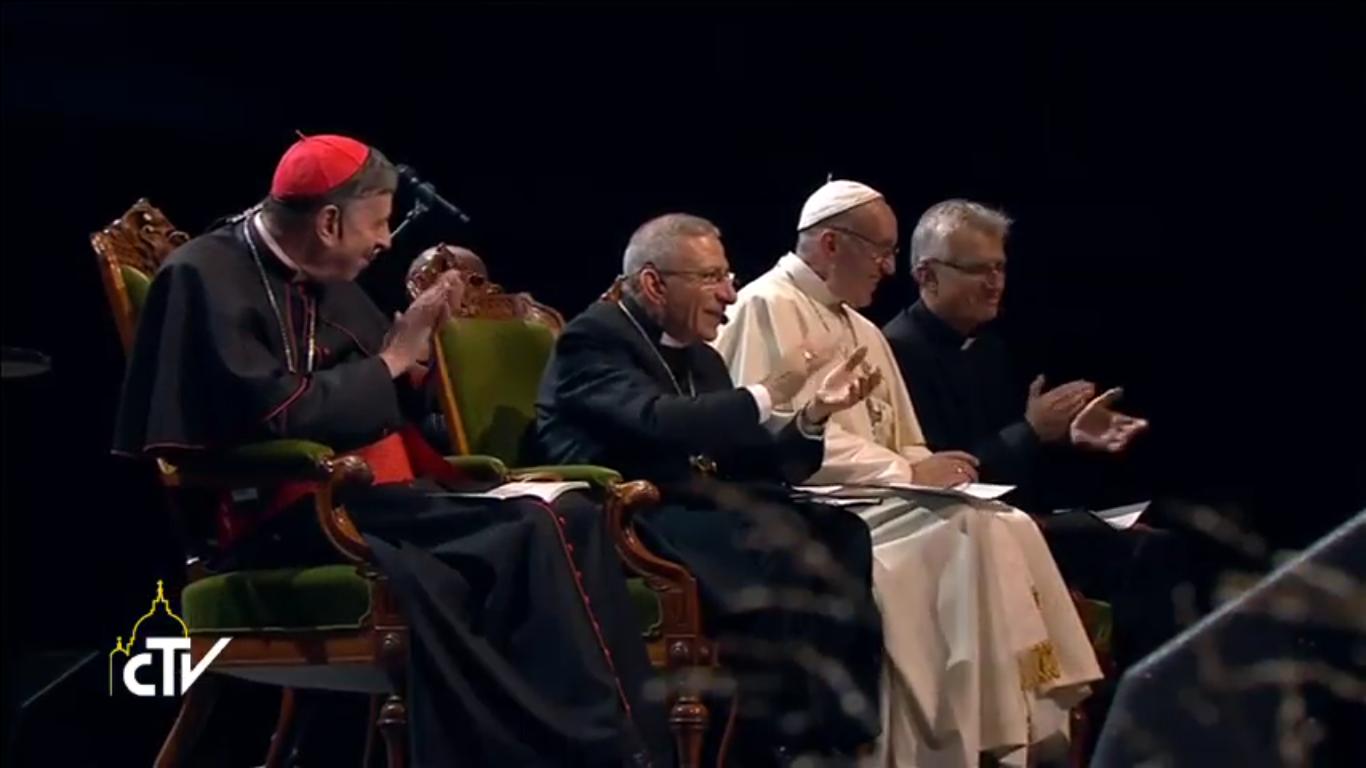 L'évêque luthérien Younan entre le pape François et le card. Koch, au fond le Rév. Martin Junge, secrétaire général de la FLM (Malmö, 31 oct. 2016), capture FLM