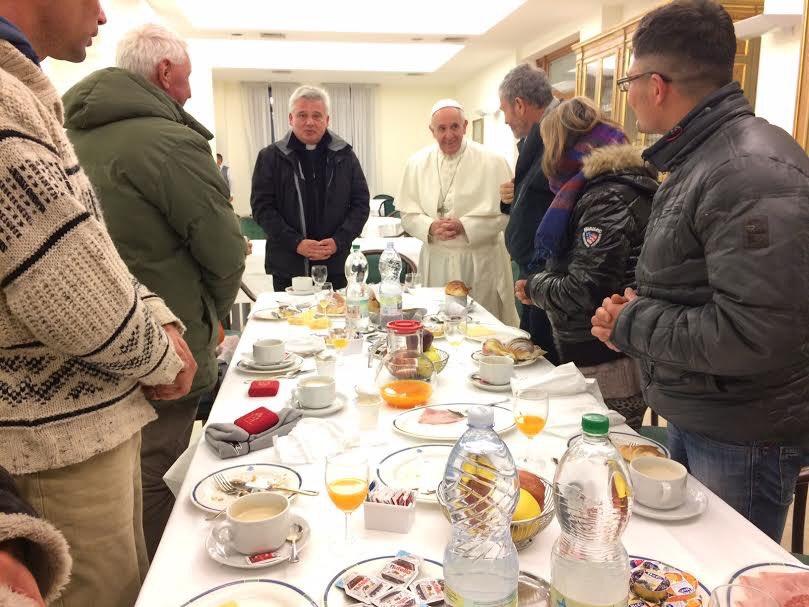 Petit-déjeuner avec des sans-abri pour l'anniversaire du pape © L'Osservatore Romano