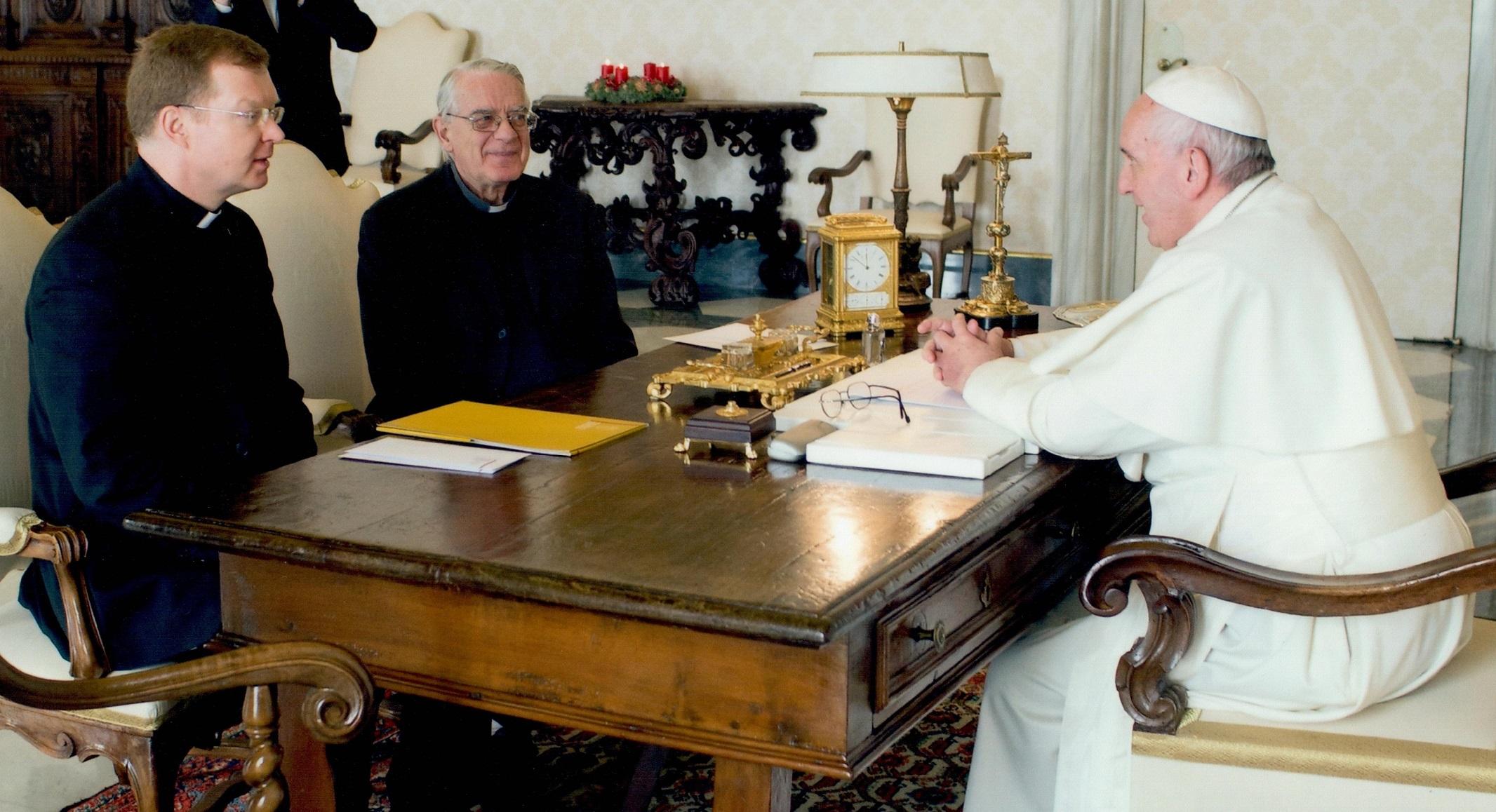 Le pape reçoit le p. Zollner et le p. Lombardi © ccpblog.unigre.it