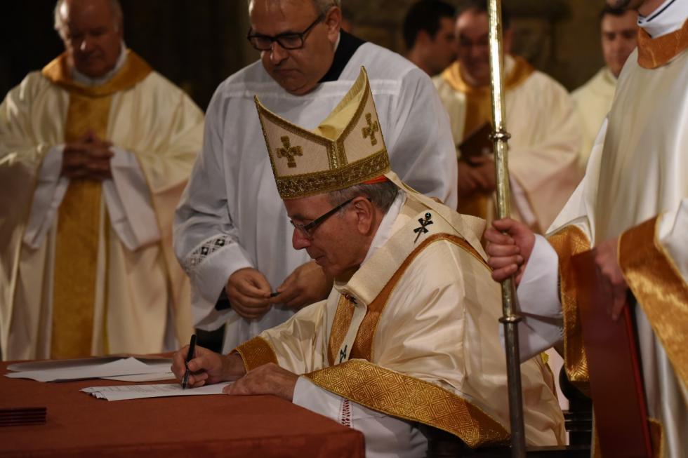 """Le card. Clemente signa l """"Constitution synodale"""" de Lisbonne , courtoisie de agencia.ecclesia.pt"""