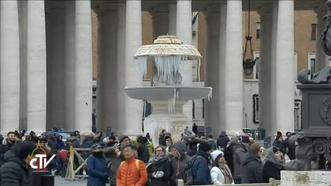 Le gel fige les fontaines, à midi, place Saint-Pierre, 8 janvier 2017, capture CTV