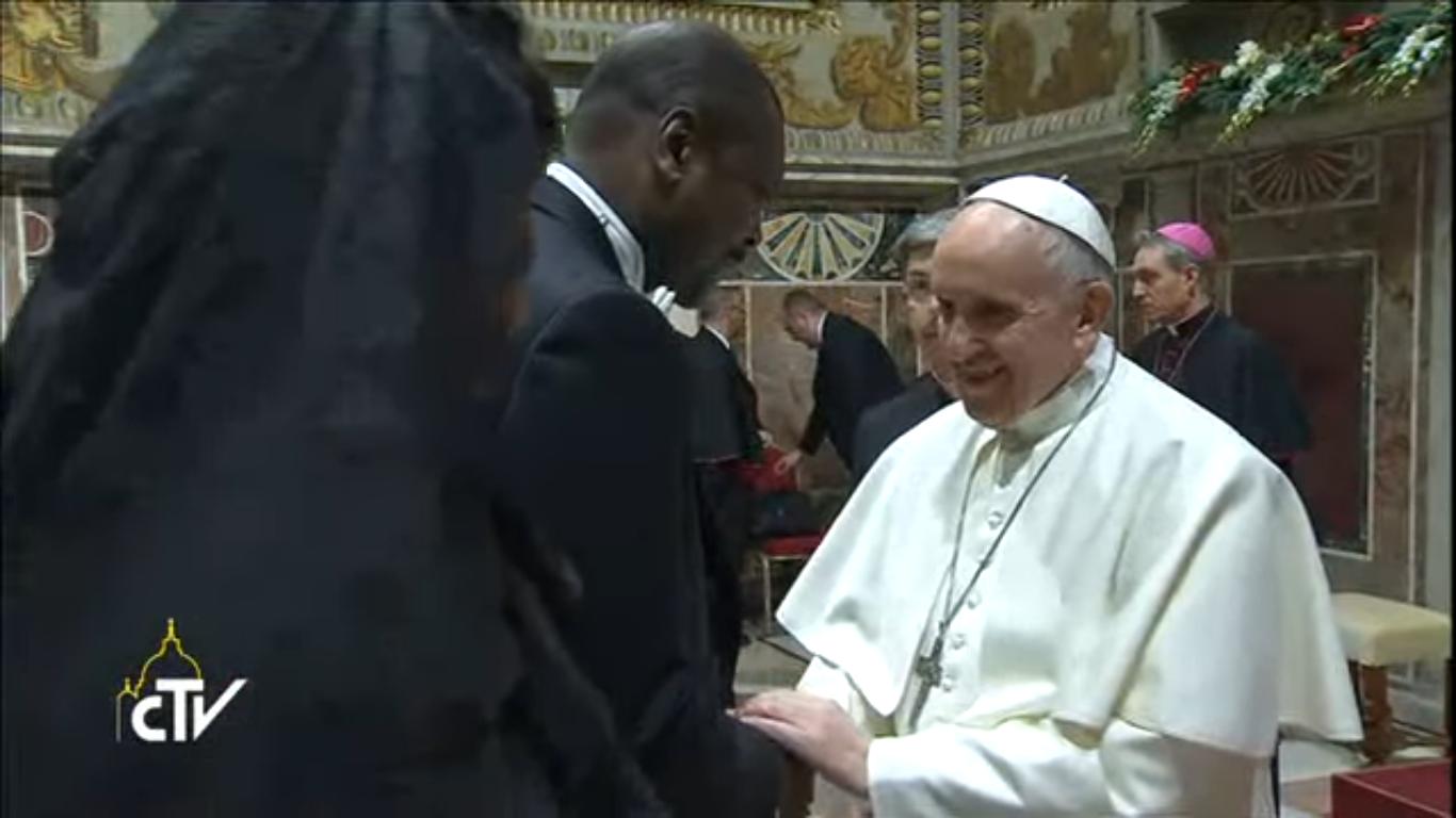Le pape François salue l'ambassadeur de l'Angola, doyen du Corps diplomatique, et son épouse, capture CTV