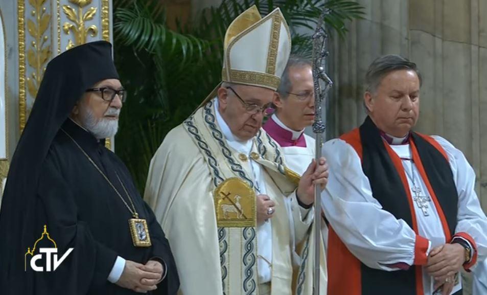 Le pape entouré du métropolite Gennadios Zervos et de l'archevêque David Moxon, capture CTV