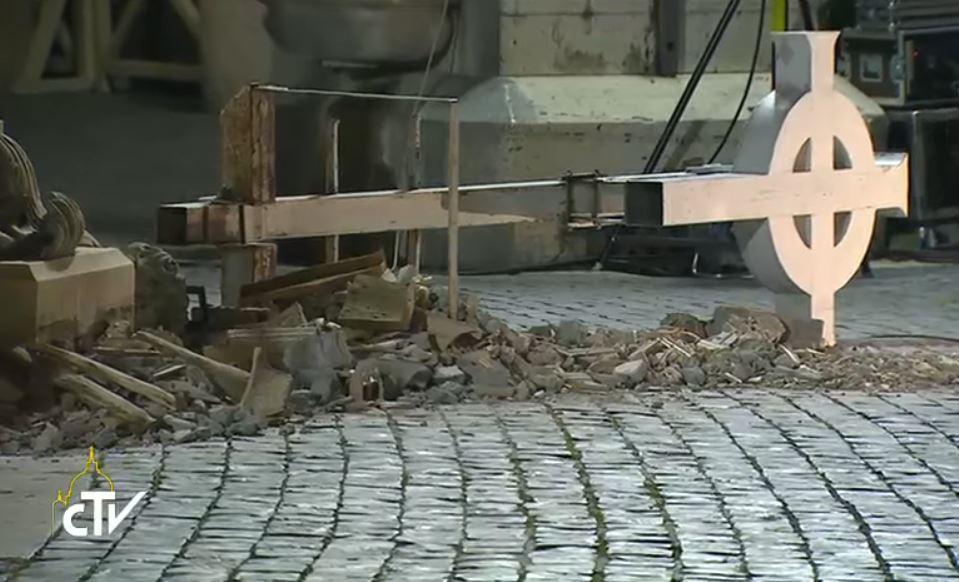 Croix de Norcia endommagée par le séisme, Italie, capture CTV