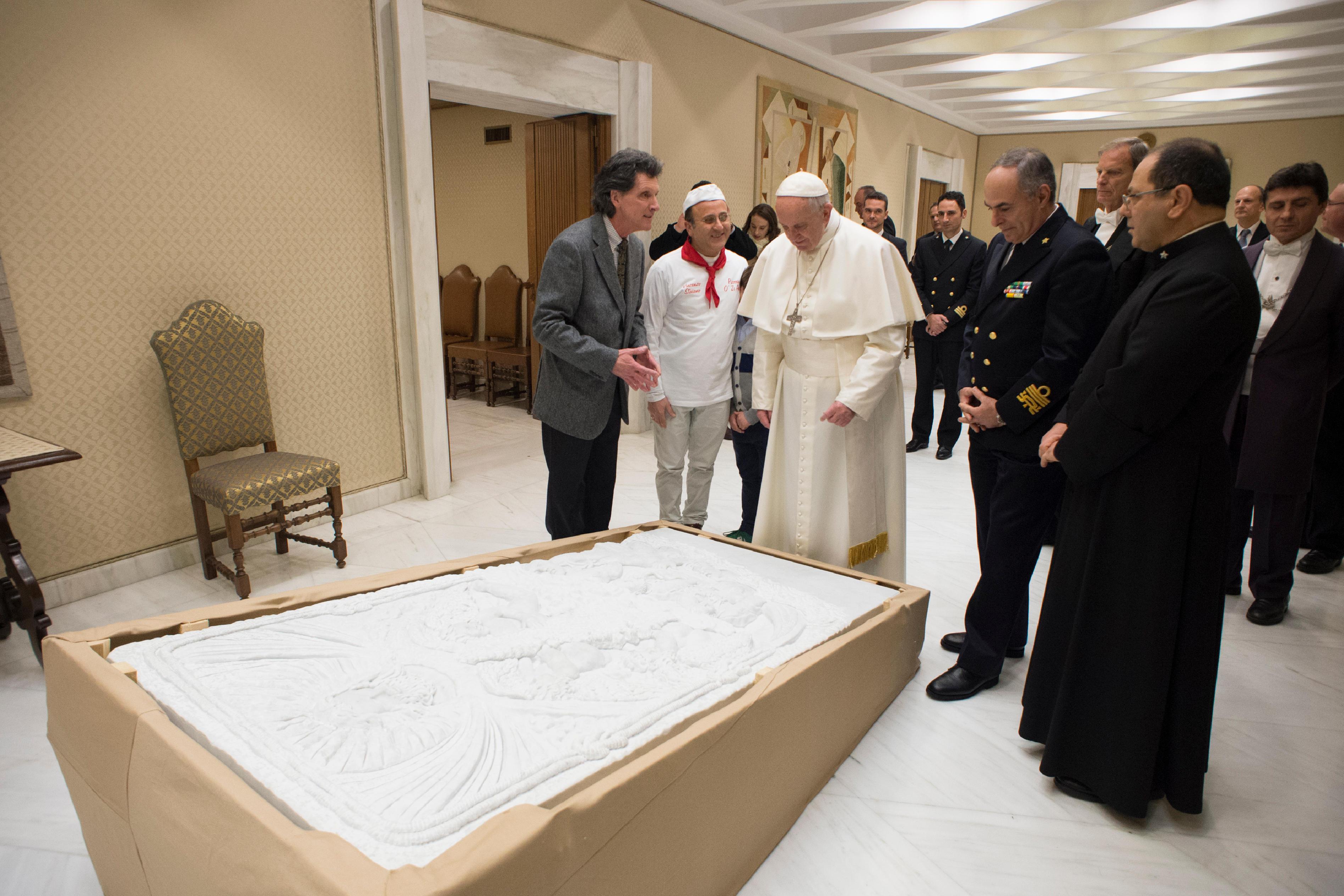 Le pape bénit une sculpture pour les migrants de Lampedusa © L'Osservatore Romano