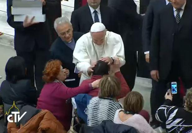 Le pape bénit une personne handicapée, capture CTV