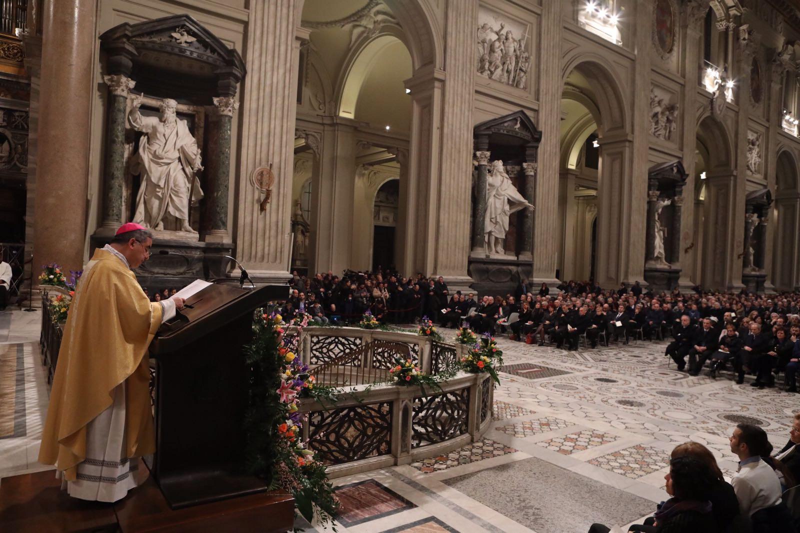Mgr Becciu au Latrn, courtoisie de Sant'Egidio