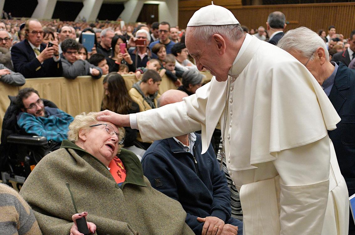 Le pape bénit une personne handicapée, Communauté de Capodarco © L'Osservatore Romano