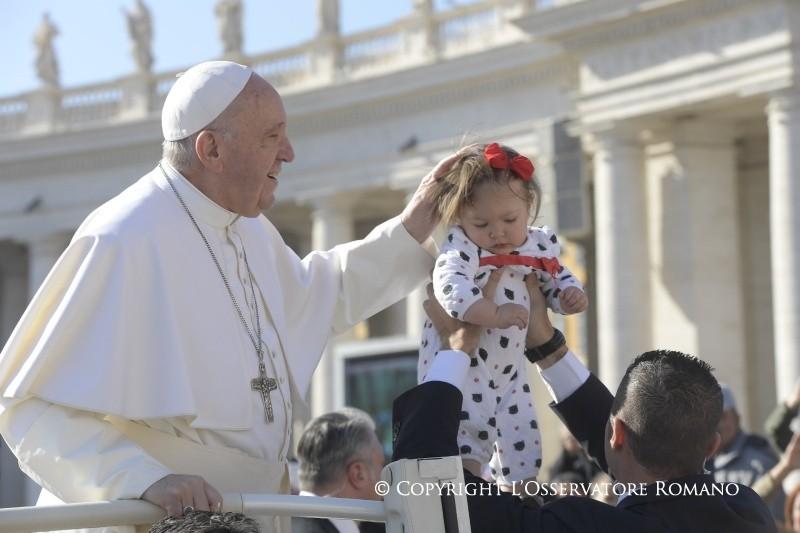 Audience 15 mars 2017, le pape bénit un enfant © L'Osservatore Romano