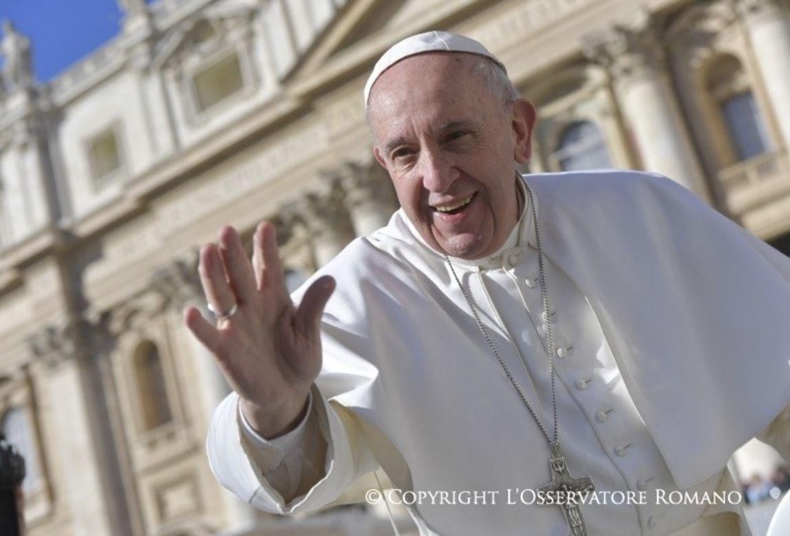 Le pape François salue la foule © L'Osservatore Romano
